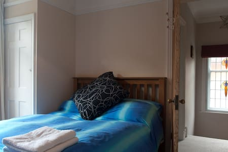 Beautiful room 20mins walk to town - County Durham