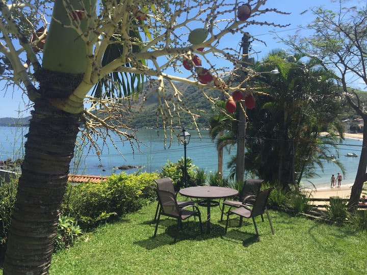 Casa na beira da praia com piscina e churrasqueira