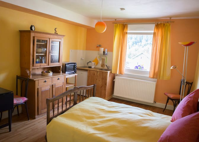 Das Zimmer mit Grand Lit, Geschirrschrank und Küchenblock