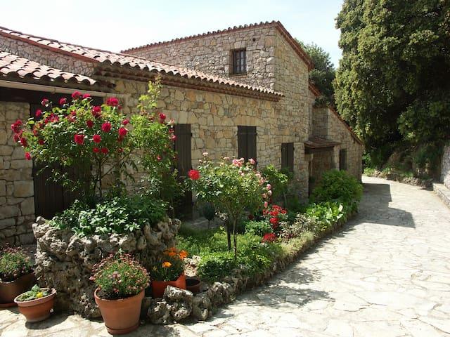 Mas en pierres (Mons Village) - Mons - Casa