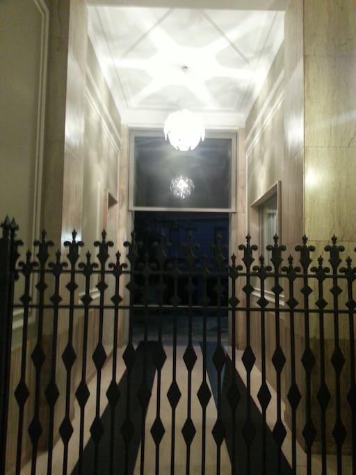 ingresso edificio interno scala