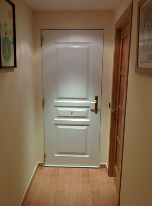 Puerta blindada de acceso a los alojamientos