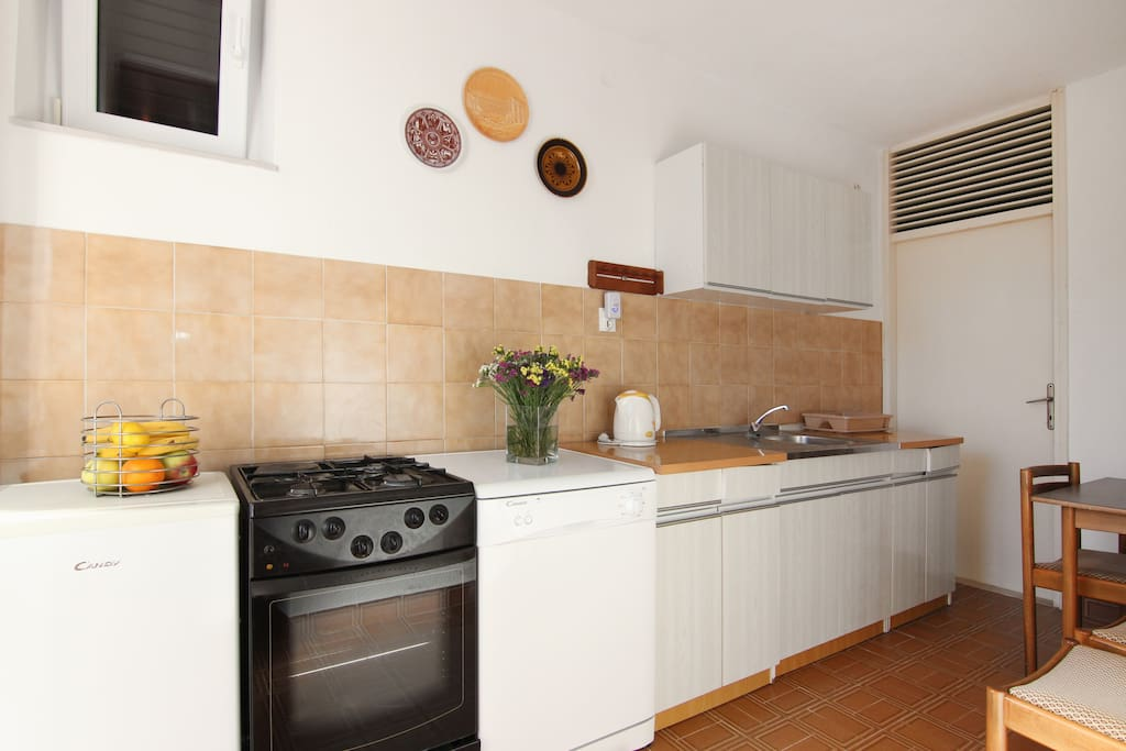 fully equipped kitchen with dishwasher and oven