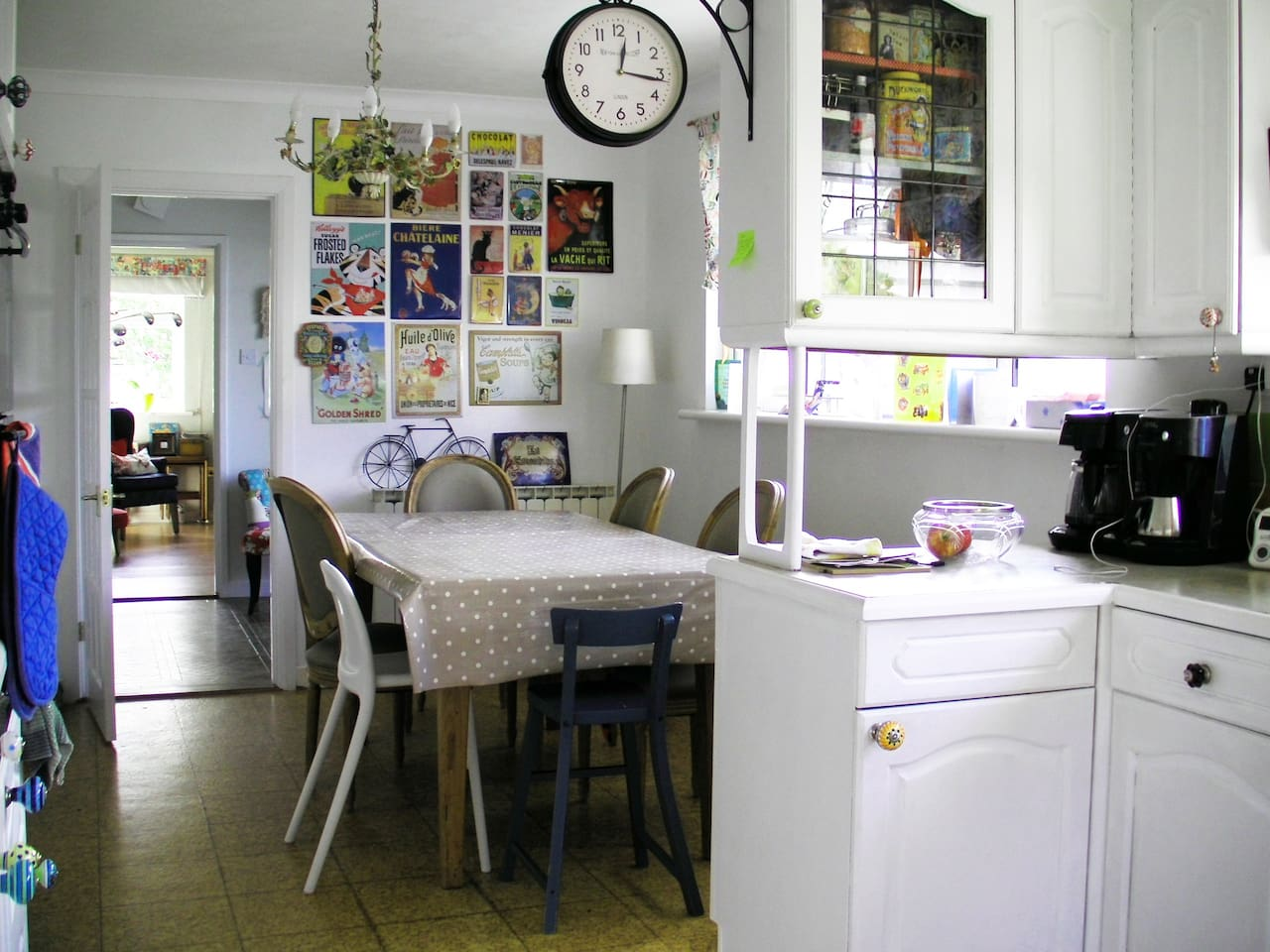 Kitchen eating area.