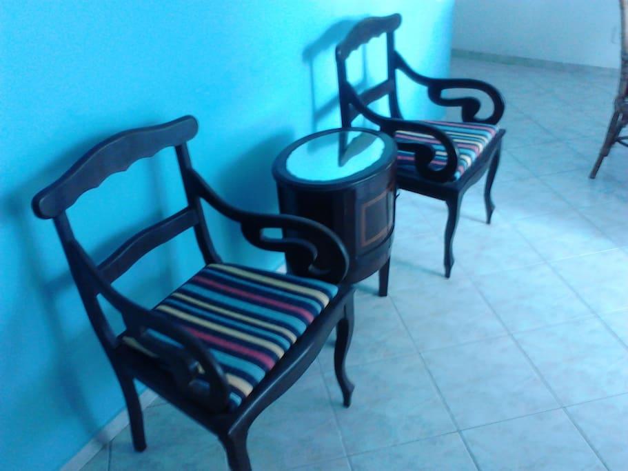 Cadeiras na sala espaçosa