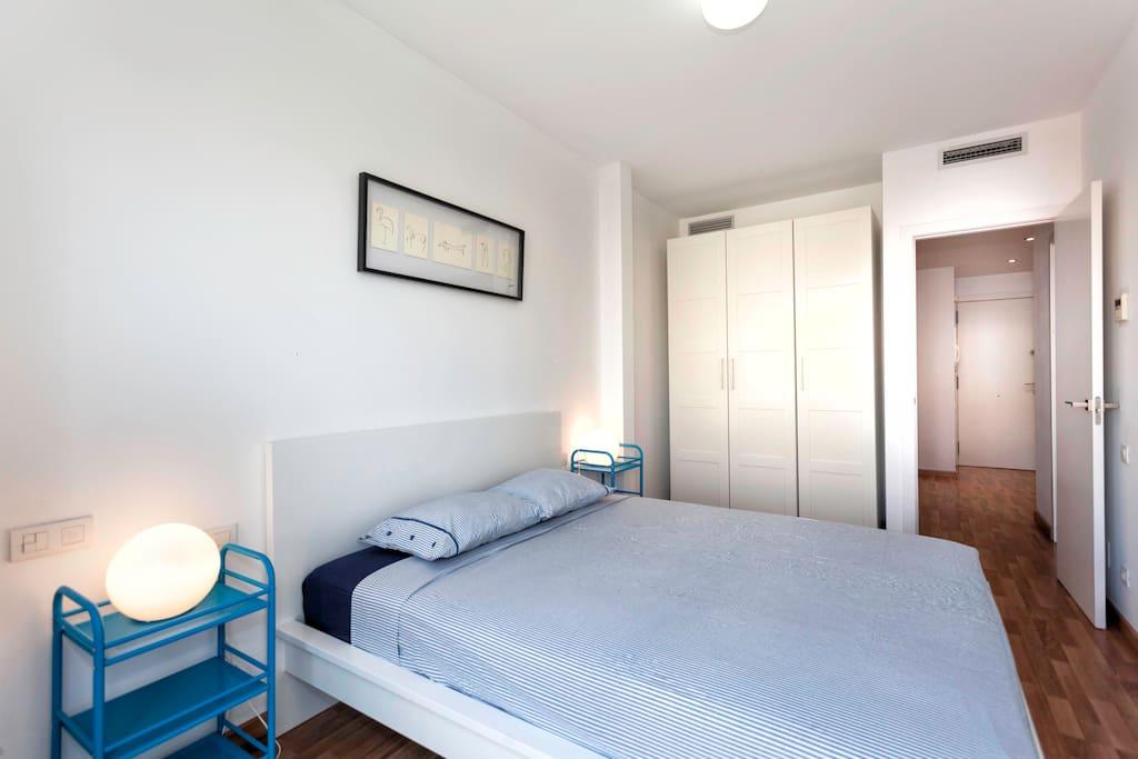 dormitorio muy confortable con todo el mobiliario nuevo