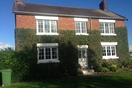 Period Farmhouse in country setting - Wrexham - 住宿加早餐