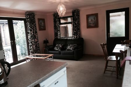 Self Contained 1 bed Annex, sleeps4 - March