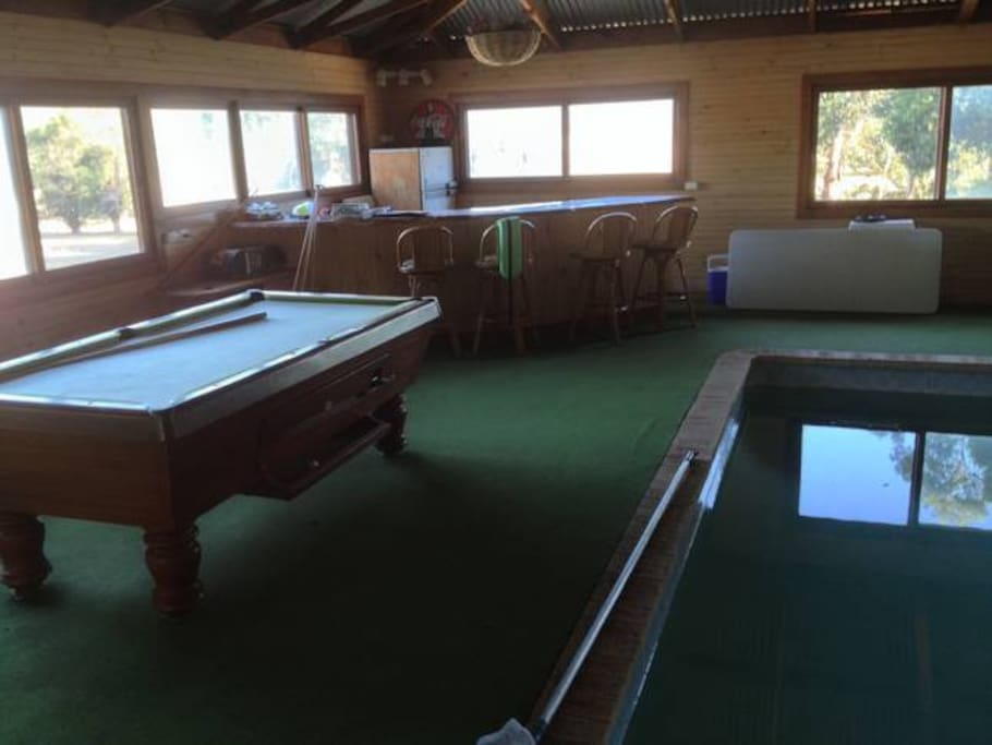 Pool table and pool bar