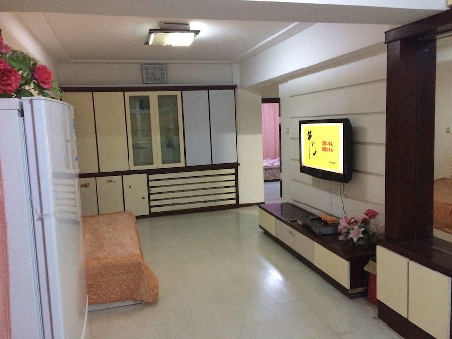 大厅内有单人床,看电视舒服