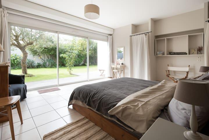 Chambre 20 m² lit Treca king size vue jardin