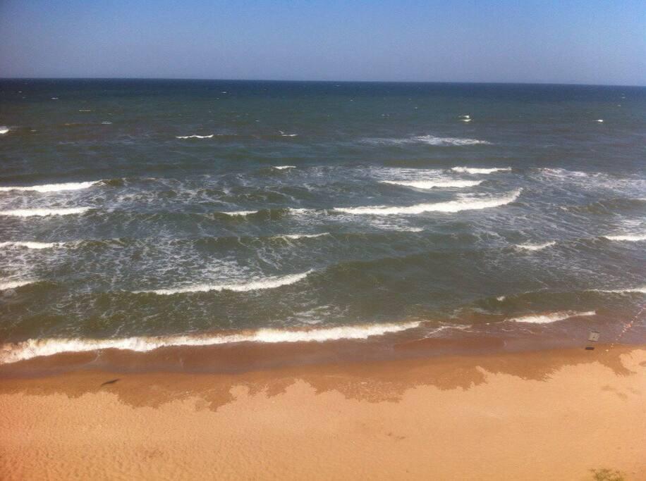 До моря 400-500 метров, берег песчанный