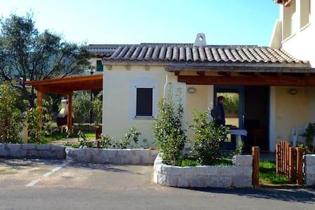 Villetta indipendente con giardino. - Olbia - Villa