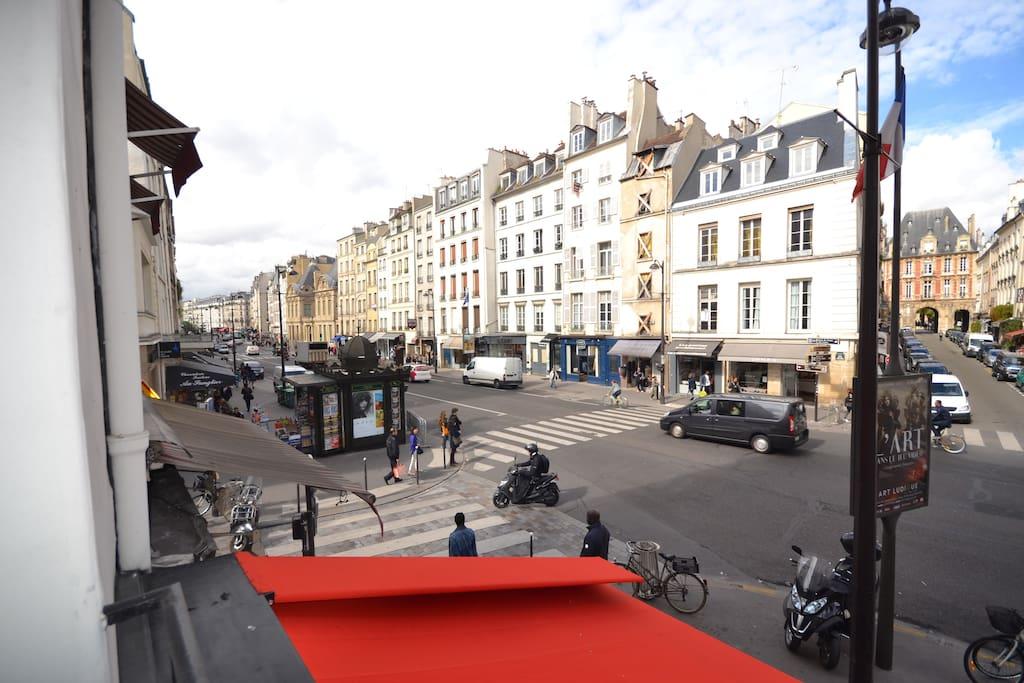 the marais 5 person metro saint paul place des vosges. Black Bedroom Furniture Sets. Home Design Ideas