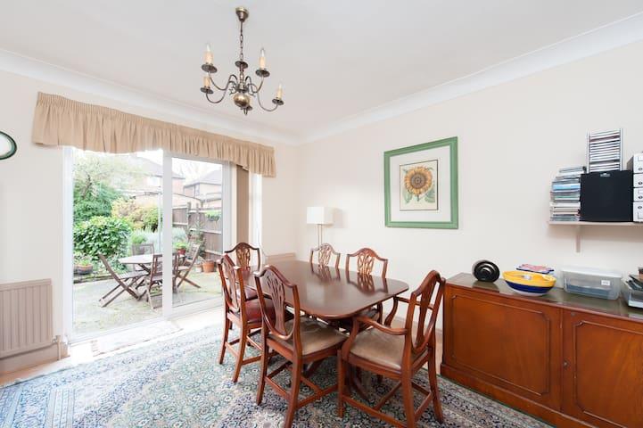 Spacious twin room; N W London - Londen - Huis