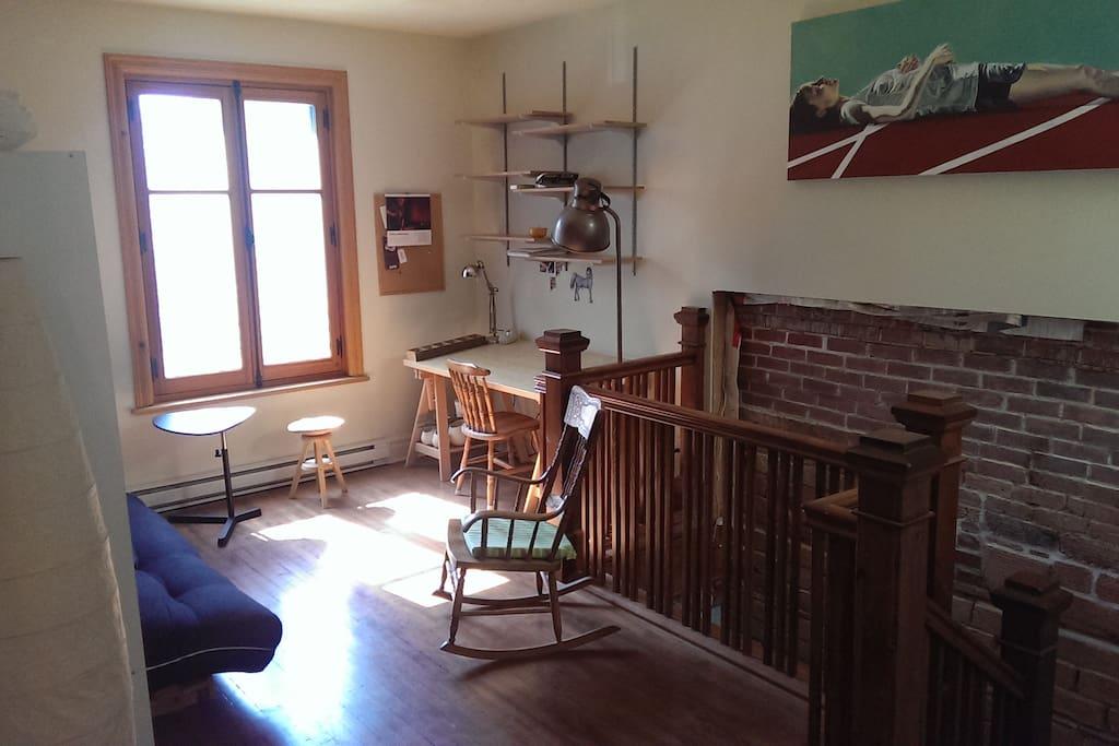 Petit salon convivial avec table de travail.