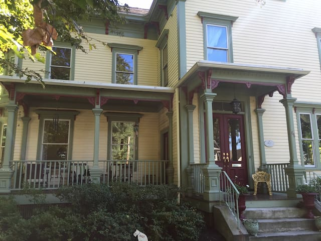 Victorian  w/ private 3rd floor  (2 bedrooms +den) - Newton - Άλλο