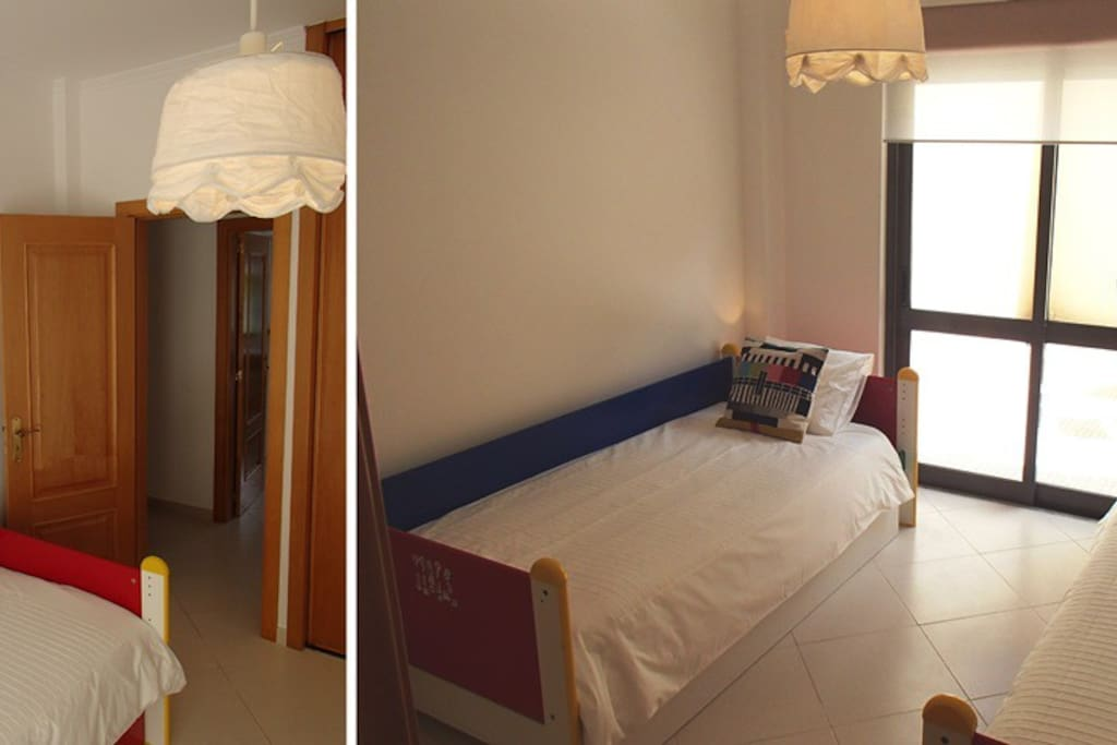 Quarto com 2 camas individuais e terraço