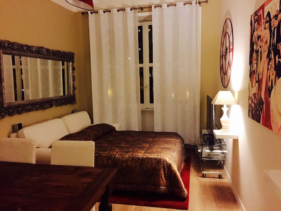 Sofa bed with quality mattress in the living room  / Il divano nel salone aperto per la notte quando si alloggia in più di due ospiti.
