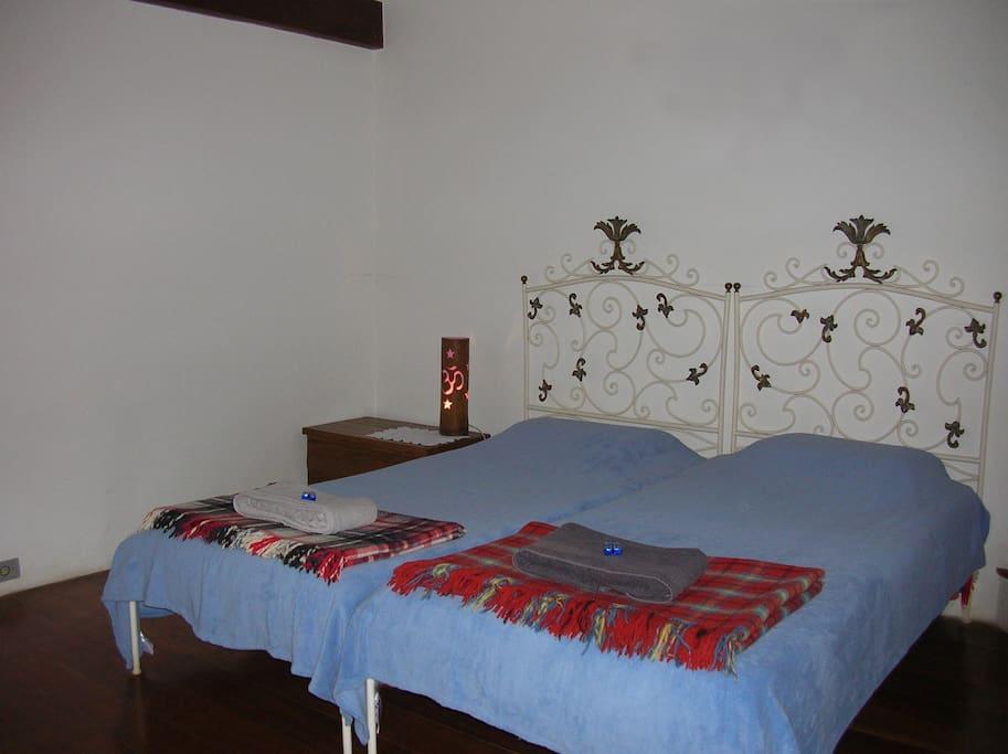 2 camas de solteiro que podem ficar juntas ou separadas.