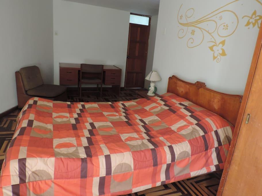 Cuarto primer piso con cama de dos plazas