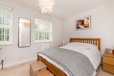 Ensuite kingsize bedroom w. parking - Twickenham