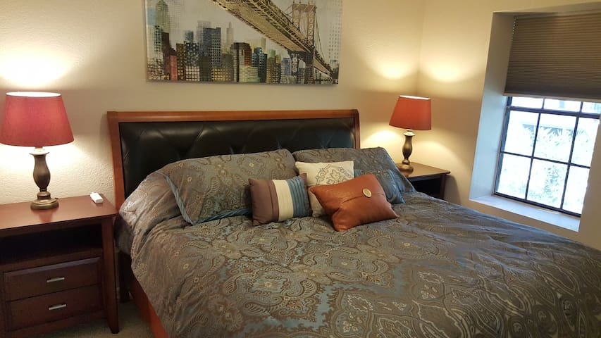1 King Bed with Sleeper Sofa - Scottsdale - Maison de ville