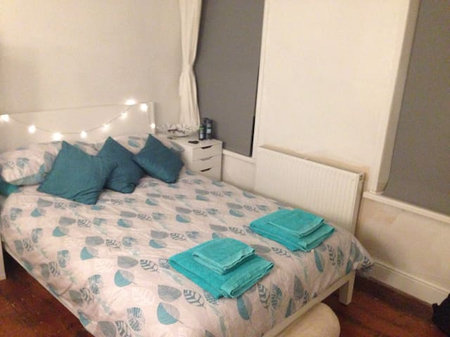 Comfy room close to Stadium - Cardiff - Bed & Breakfast