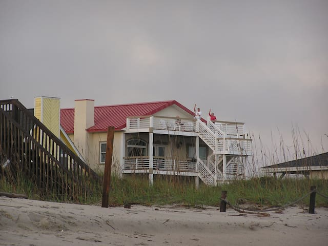"""Steel Seas"" Ocean Side Queen Room - Oak Island - Casa"