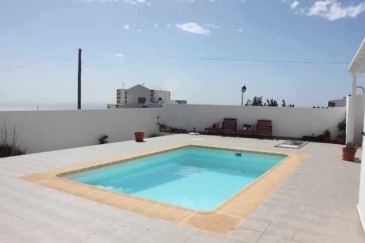 Acogedor apartamento con piscina y vistas al mar