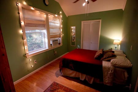 "Savoy Acadian Suites ""Green Room"" - Lafayette"