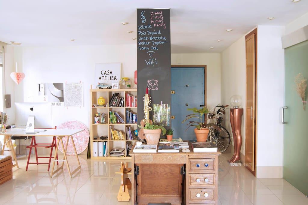 Loft diáfano, con micro zonas integradas y sin paredes. La puerta de vidrio da a la habitación y baño. El pilar-pizarra recibe el visitante!