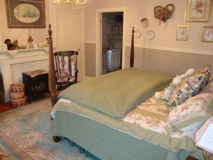 King-bedded Room with Private Bath near Johnson