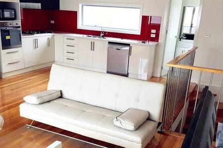 Furnished Modern Townhouse + WiFi - Essendon