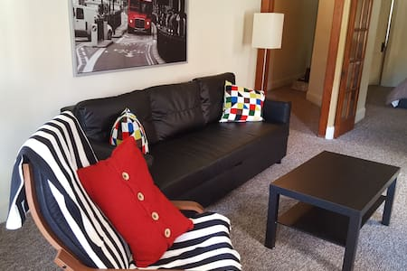 Charming apartment close to everything!  Bus stops in front of the apartment and goes directly to the Zoo, UC and Downtown.  UC, Xavier, the Zoo, Childrens Hospital, UC and much more are all within 2 miles (3 km).  Our location is ideal.  We are a few blocks off of I-75, across the street from the Police Station and a new Gym (Friar's Club).  A large Walgreens is only a few hundred feet away and Kroger is less than a mile.