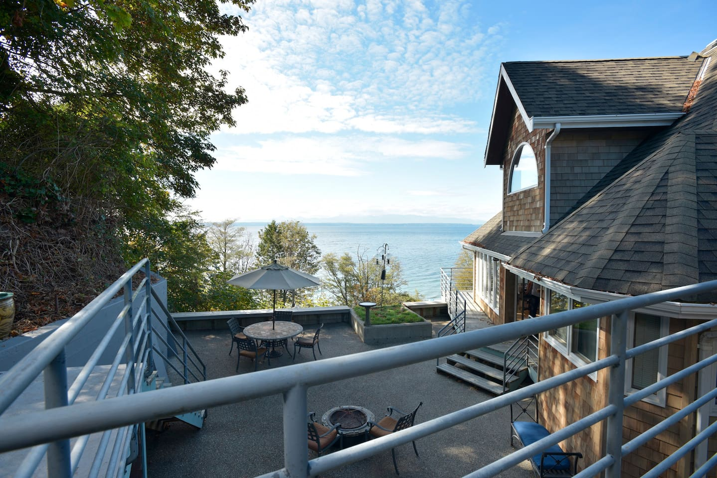 Experience the glories of the Pacific Northwest at this peaceful beachfront retreat. The rhythm of the waves and birdsongs are the soundtrack to the panoramic views of water, mountains, and sky.