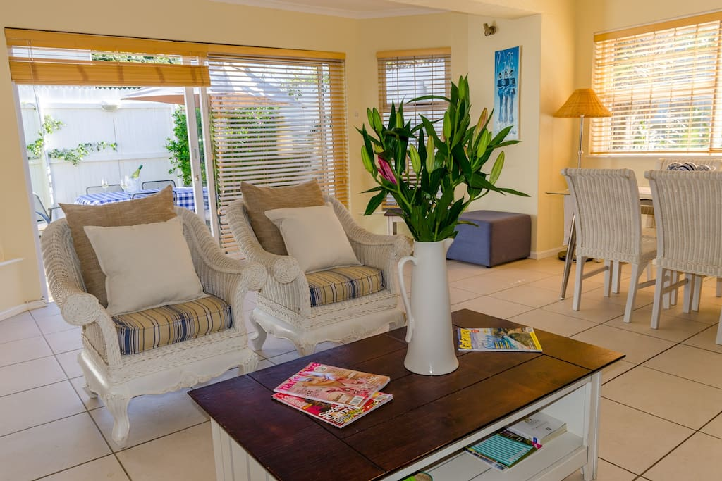 Stunning townhouse 100m from beach townhouses for rent for Best private dining rooms cape town