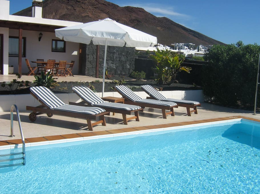 Piscina climatizada y terraza