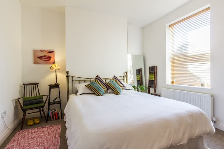 Lovely quiet room close to the sea, super king bed - Margate - Dom