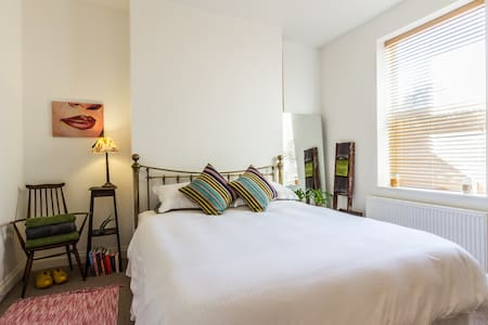 Lovely quiet room close to the sea, super king bed - Margate