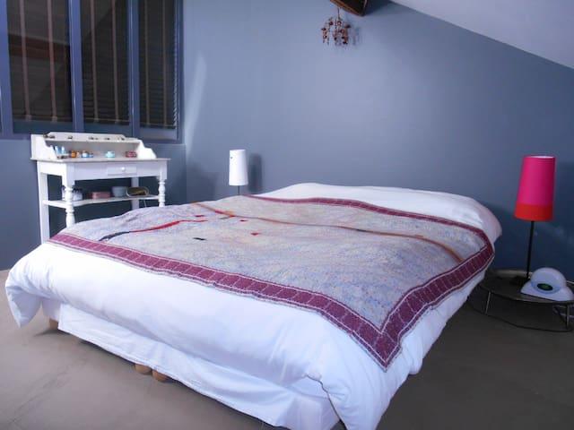 Jolie chambre avec grand lit double