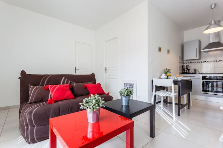 LOVELY BRIGHT ONE BEDROOM FLAT WIFI PARKING TERACE