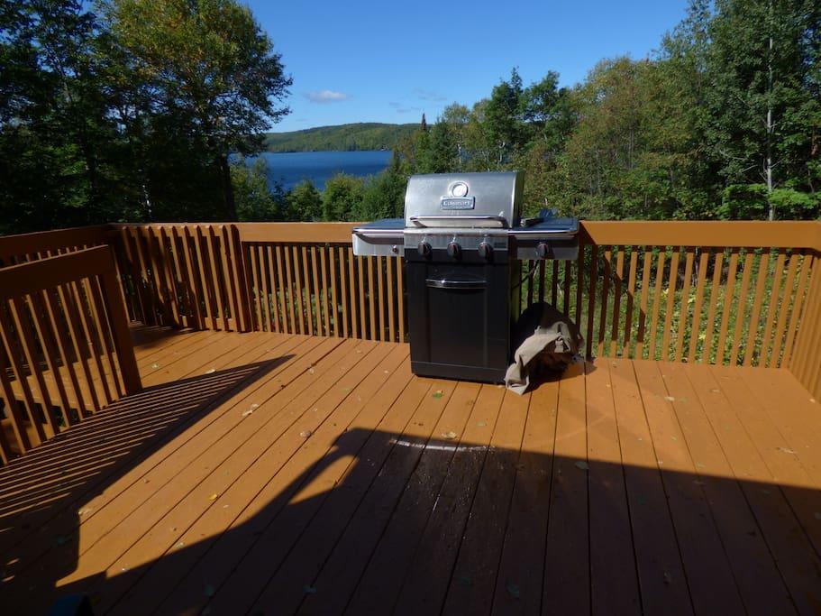 Grand balcon avec BBQ et vue en plongée sur le lac