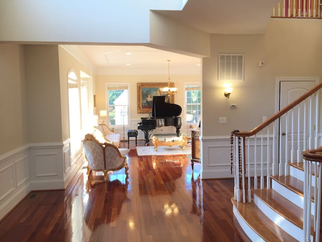 LUXURY 8 BEDROOM HOME CLOSE TO D.C. (SLEEPS 25) - Annandale - Huis