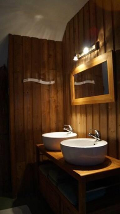 salle de bain de la chambre boisée