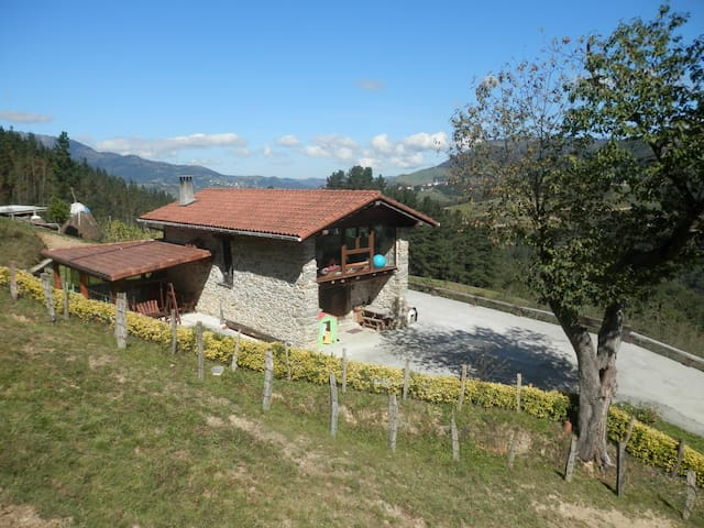 NATURALEZA a 30' de SAN SEBASTIAN - atallo - บ้าน
