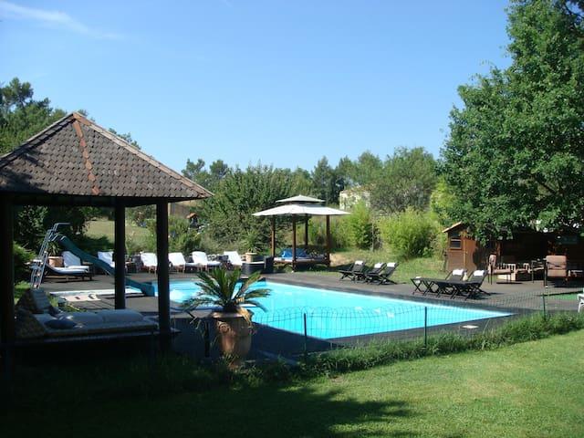 Une chambre dans villa piscine