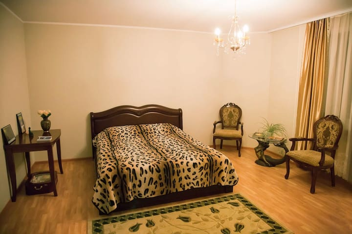 Spacious bedroom with cozy balcony - Vladivostok - Apartment
