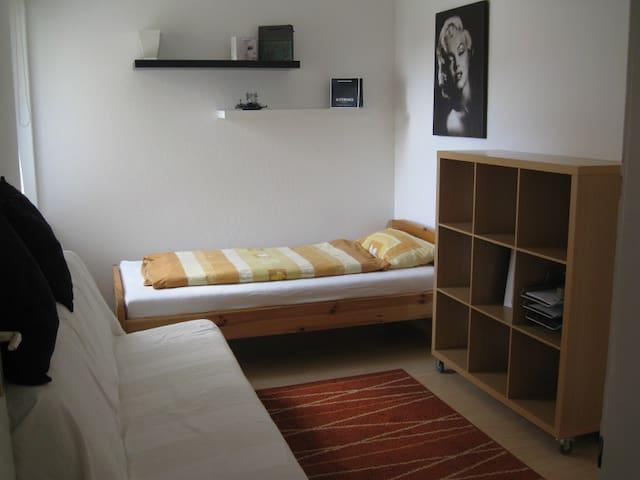 Zweites Schlafzimmer mit Einzelbett und Schlafsofa