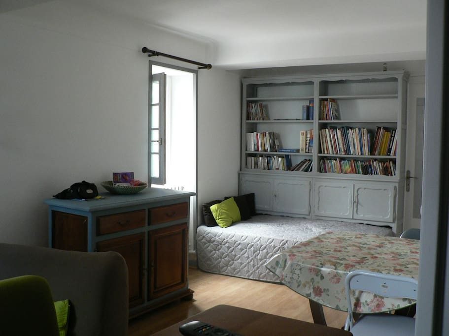 lit supplémentaire glissée sous la bibliothéque donnant dans le salon